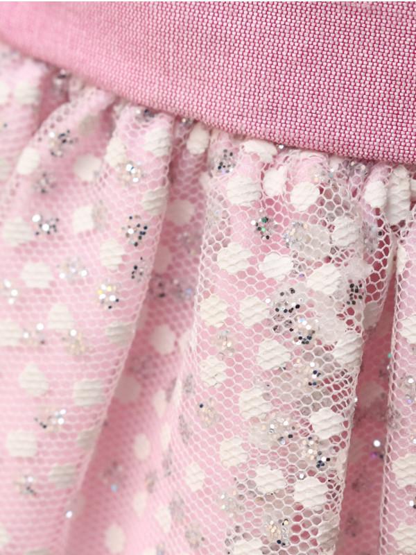 ドレスの生地にはキラキラしたラメがあしらわれています。
