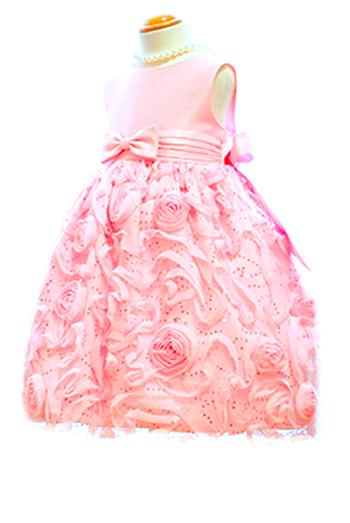 ローズモチーフの女の子3大可愛いをポイントにスパンコールが加わり、とても華やかで目を引くこと間違いなしのドレスです。パニエを入れて撮影しております。