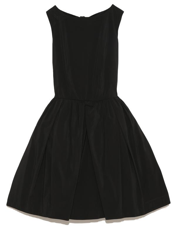 シンプルなデザインのドレスですが、生地にも張りがあり背中のカッティングが可愛く大人可愛いを演出してくれるドレスです。