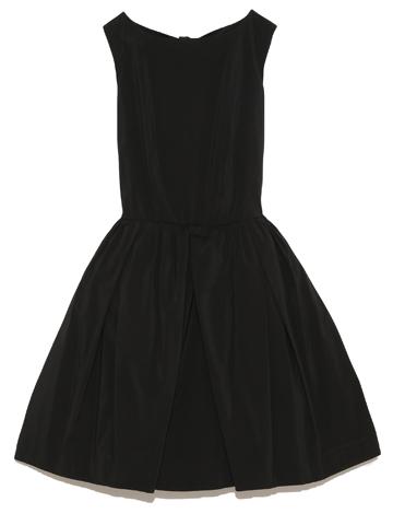 シンプルなデザインのドレスですが、生地にも張りがあり背中のカッティングが可愛く大人可愛いを演出してくれるドレスです。お母さまにもどうぞ。