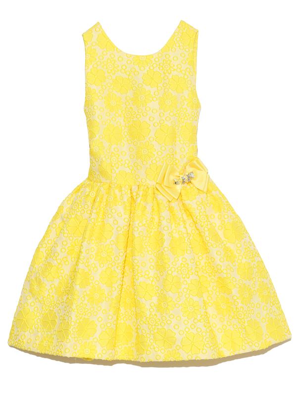 とても鮮やかな一際目立つレモンイエローのフラワー柄。ウエストリボンにはキラキラビジュー付き。                  ドレスに合わせたイエローリボンのカチュームと、大きめビジューネックレでトータルコーディネートされたスタイルがお嬢様をより一層可愛らしくみせてくれます。