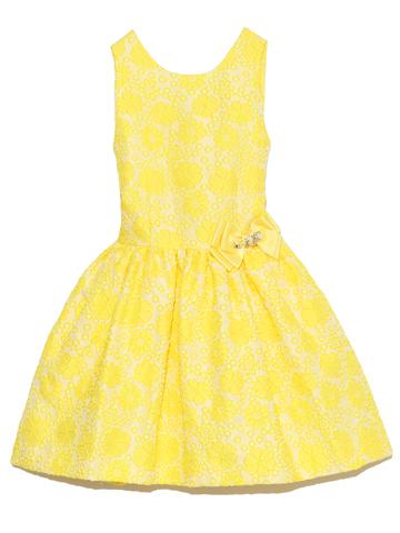 とても鮮やかな一際目立つレモンイエローのフラワー柄。ウエストリボンにはキラキラビジュー付き。ドレスに合わせたイエローリボンのカチュームと、大きめビジューネックレでトータルコーディネートされたスタイルがお嬢様をより一層可愛らしくみせてくれます。