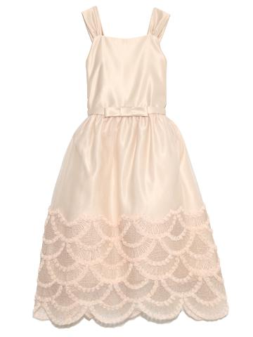 スカート裾のスケイルデザインがとても華やかでシックなドレスです。