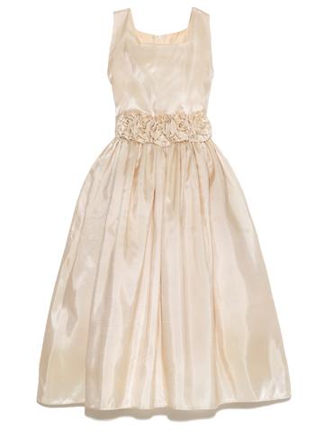 デコルテラインを綺麗にみせるスクエアカラーが上品さをアップさせるドレスです。