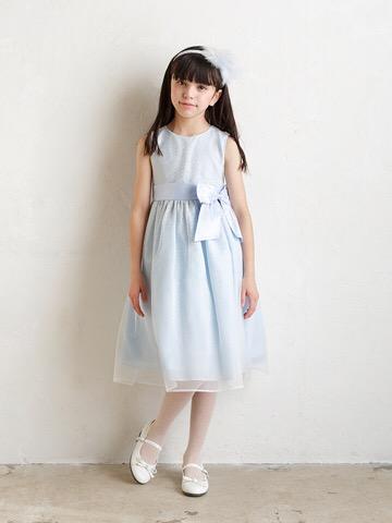 シルバーラメと明るい水色のドレスが透明感のある上品な雰囲気を演出してくれます。幅広いシーンでご活用いただけます。お母さま・お子様に大人気のインポートドレスです。