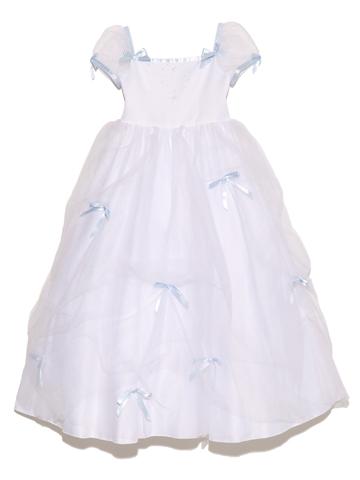 真っ白なドレスにたっぷりのチュール。ライトブルーのリボンに胸元に上品にあしらわれたビーズ。お姫様気分を味わえるドレスです。