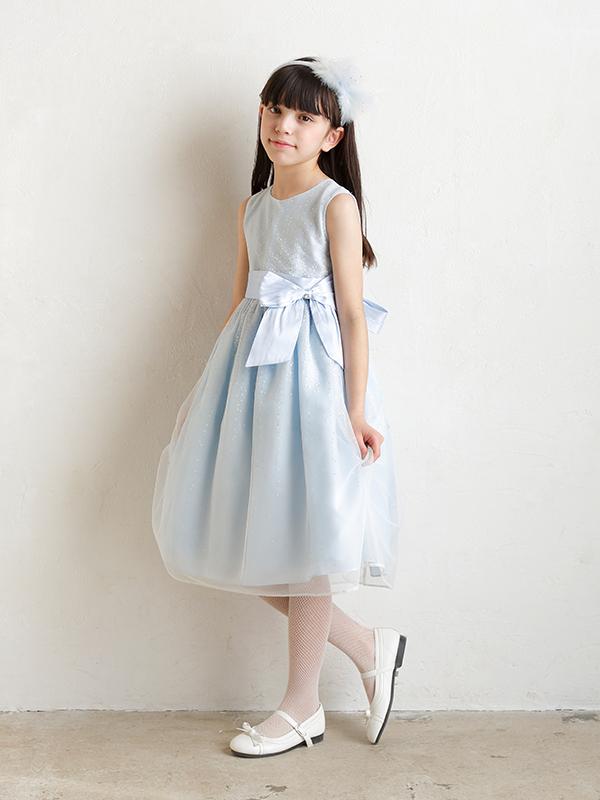 シルバーラメと明るい水色のドレスが透明感のある上品な雰囲気を演出してくれます。幅広いシーンでご活用いただけます。お母さま・お子様に大人気のインポートドレスです。(モデル身長134㎝・サイズ130㎝着用写真)