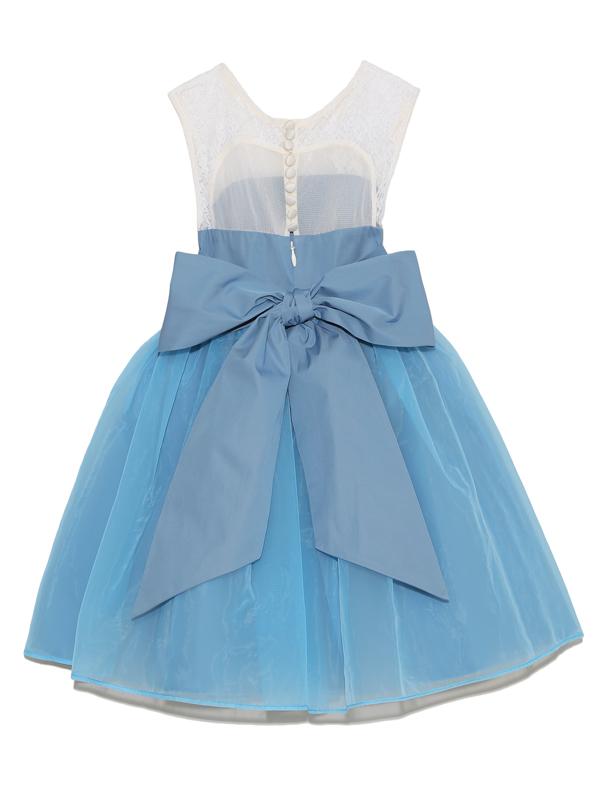 幅広のリボンを後ろで結ぶととってもキュートなドレスです。