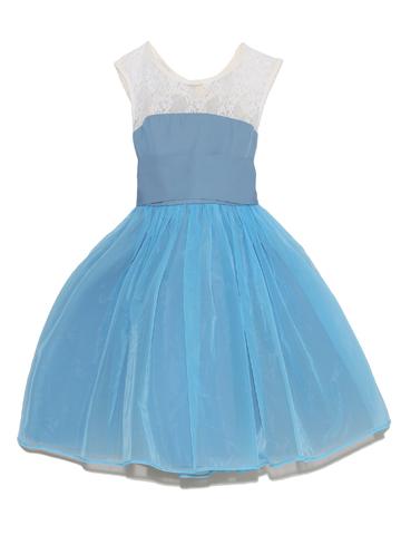上身ごろのレースとブルーのチュールが爽やかで、幅広のリボンを後ろで結ぶととってもキュートなドレスです。