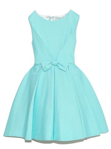 落ち着いたデザインと、ひときわ目を引く鮮やかなミントグリーンで大人可愛いさを演出します。 大人っぽくシンプルなデザインが上品なドレスです。