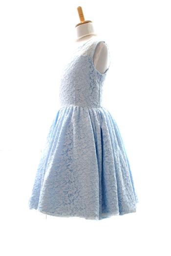 総フラワーレースがとても華やかで上品。背中部分がハートデザインにカッティングされておりシンプルなデザインのドレスの中に個性が光ります。