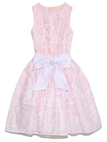 桜色のドレスにホワイトフラワー柄。ウエストには太めのリボンでスカートもふんわり上品かつ愛らしいドレスです。