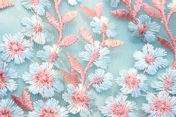 ドレス生地アップ写真。お花の総刺?がひときわ華やかな印象のドレスです。
