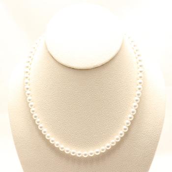 小パールネックレスがセットでより華やかな印象となります。