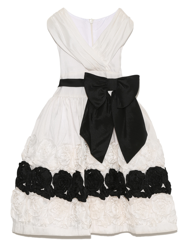 モノトーンカラーですがウエストのリボンとスカート全体にあしらわれたフラワーモチーフが華やかさを引き立たせます。