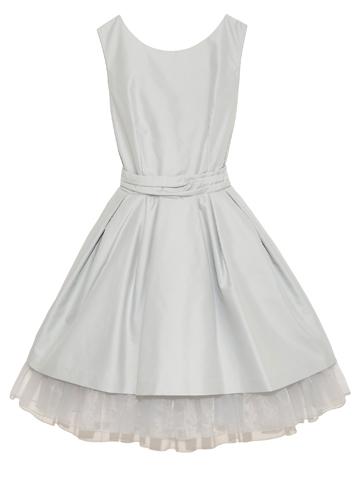 シンプルなフォルムとスカートの裾から見えるオーガンジーが大人っぽいのに可愛いらしいドレスです。
