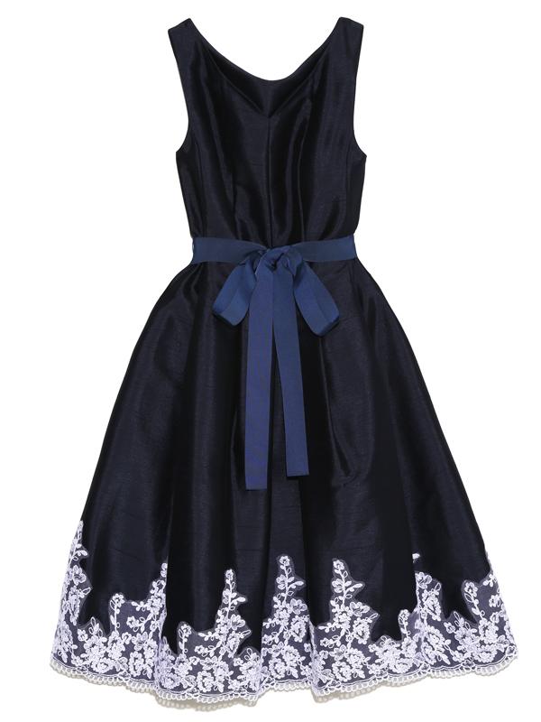 濃紺のドレスの裾にあしらわれたホワイトフラワーの刺繍が上品なドレスです。どんなシーンでも大活躍の1枚です。