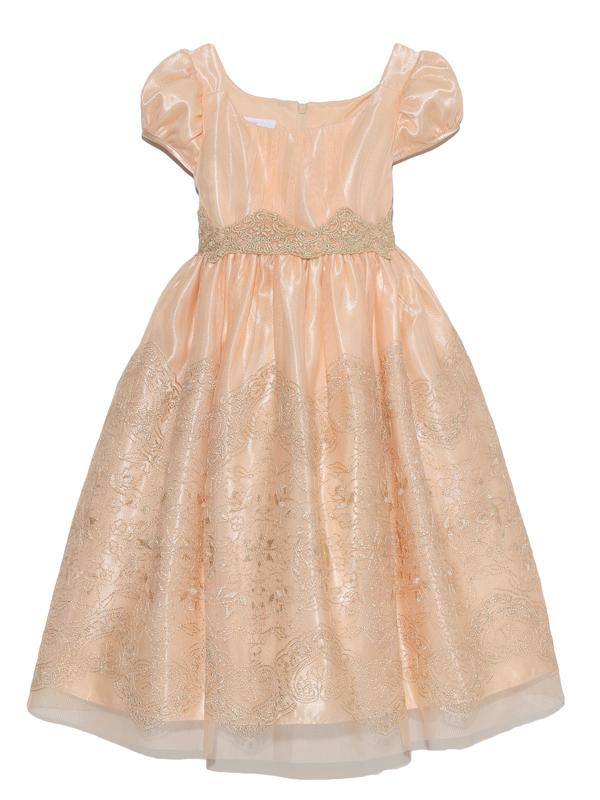淡いオレンジのドレスにゴールドの刺繍がとても上品。後ろで結ぶサテンのリボンとパフスリーブが可愛さを引き立たせてくれるドレスです。