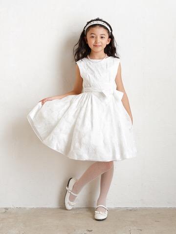 純白のドレスにフラワーの刺繍が全体的にあしらわれたとても上品なインポートドレスです。セットのカチューシャはパールやビーズが散りばめられ華やかさを演出してくれます。