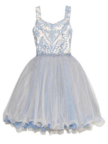 くるんっとした裾ワイヤー入りのチュールが個性的大人っぽいドレス。身ごろ全部分にあしらわれた刺繍が華やかで上品な一枚です。