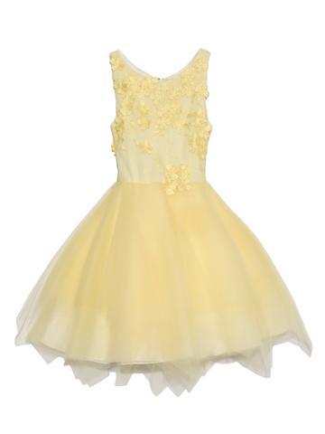 胸元から背中にあしらわれたフラワーモチーフがとても可愛らしく、スカート部分にはふんだんにあしらわれた柔らかいチュールが優しいイメージのドレスです。