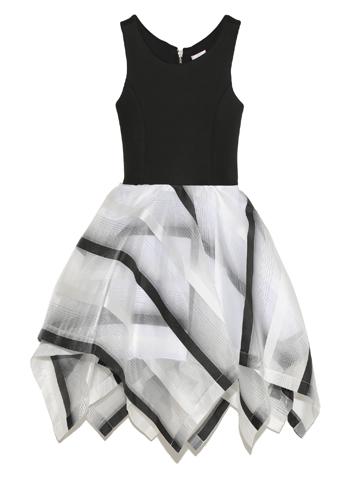 個性的なデザインでとてもスタイリッシュなドレスです。後ろファスナーについているモチーフがよりお洒落感アップする一枚です。