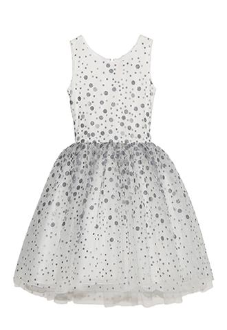 大小のドッドがとてもキラキラしていてドレス全体を華やかに演出してくれます。 スカート部分はたっぷりとチュールがあしらわれている為、ふんわりとしたスカートが可愛らしく、ブルーグレーとシルバーのドッドが可愛らしさの中にも大人っぽさを感じる一枚です。