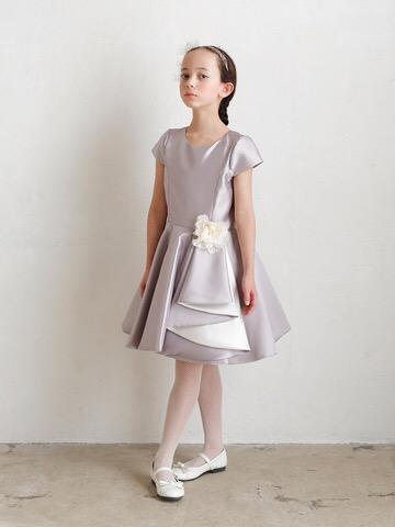光沢がありハリのあるグレージュ生地が高級感ただようインポートドレスです。スカートのフレアー部分がシンプルなドレスに華やかさを演出しています。