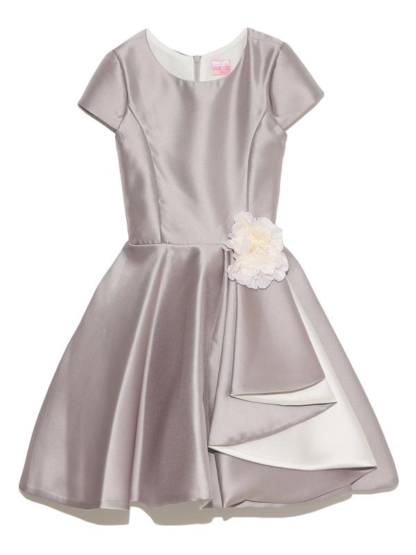 4泊5日クリーニング不要 サロン試着・配送試着承ります。光沢がありハリのあるグレージュ生地が高級感ただようインポートドレスです。スカートのフレアー部分がシンプルなドレスに華やかさを演出しています。兵庫県西宮市二見町1-23-101