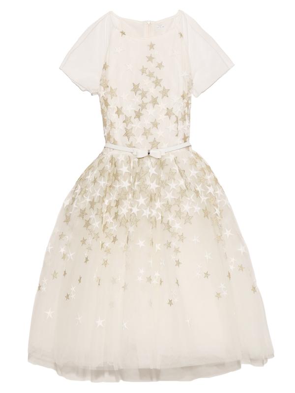 ドレス全体にあしらわれたホワイト&ゴールドの星がとても華やか。スカート部分はチュールがふんだんにあしらわれ、セットのカチューシャとネックレスにはパールを使用しワンランク上のドレススタイルを演出。