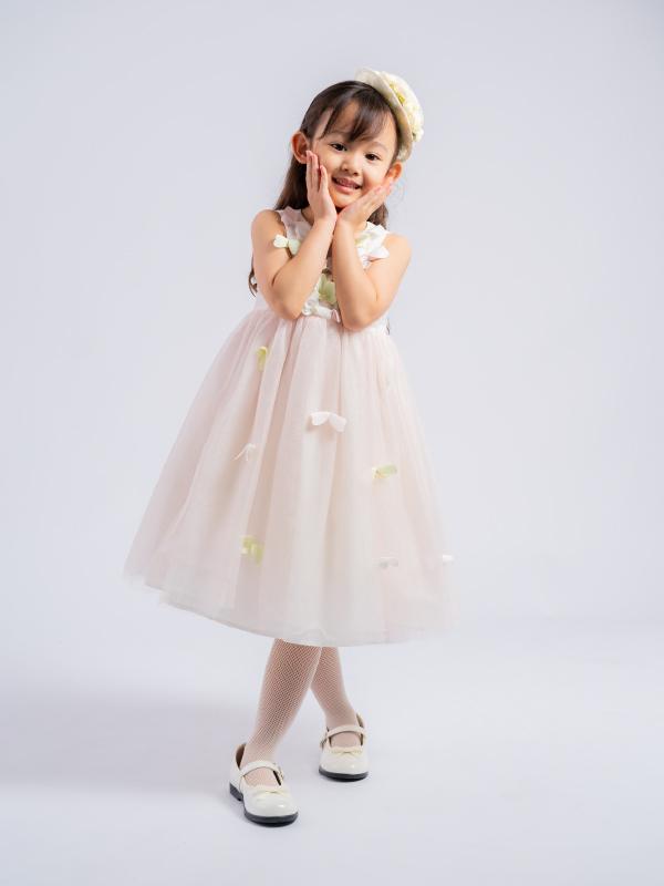 胸元、スカートに散りばめられた蝶々がまるで羽ばたいてるかのように軽やかなドレスです。                                     淡い虹色のチュールスカートが可愛らしさを引き立たせます。(モデル身長107㎝ ドリーミー110cm着用)