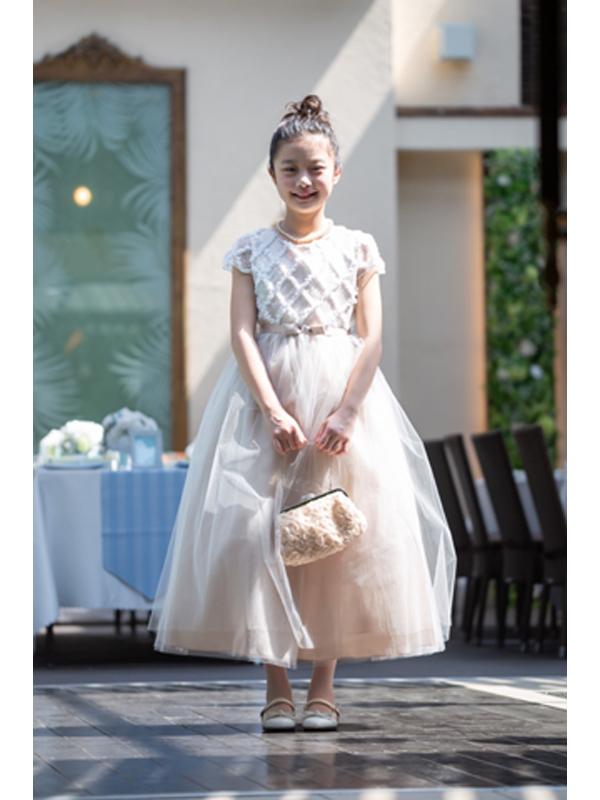 色合いがとても上品でチュールがたっぷりのボリュームのあるドレスです。レース部分の袖や上身頃が華やかさをアップ。ウエスト部分は同色でリボンがアクセントに。丈も少し長めなのでとても華やかでピアノやバイオリンの発表会にも。(モデル着用140cm)