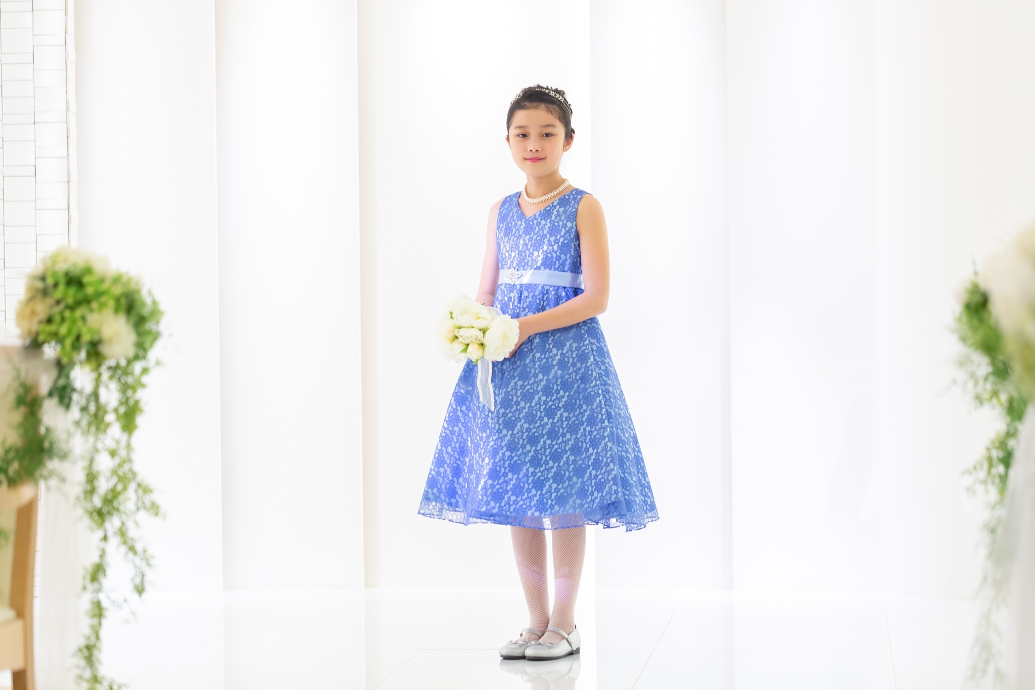 フラワーレースが華やかで鮮やかなブルーのインポートドレスです。 裏地とウエストリボンのライトブルーが爽やかな印象で、ミモレ丈の為大人っぽく着こなせていただけます。