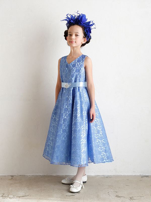 フラワーレースが華やかで鮮やかなブルーのインポートドレス。裏地とウエストリボンのライトブルーが爽やかな印象で、ミモレ丈の為大人っぽく着こなせていただけます。(モデル130㎝ 着用130㎝)