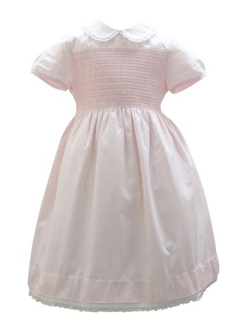 淡いピンクが可愛らしいファミリアのワンピースです。胸元のスモッキング刺繍や襟のフリルが愛らしく上品。お出かけやお食事会にどうぞ。