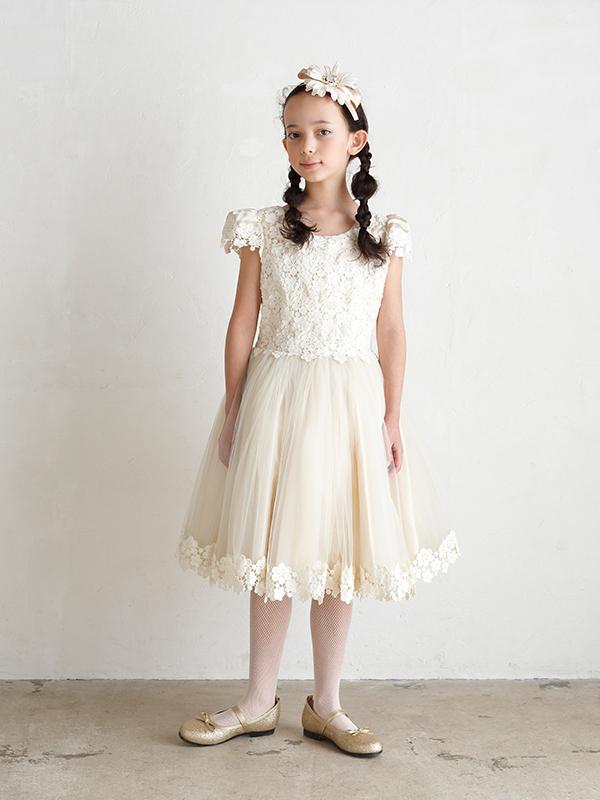 身ごろ部分とチュールの裾には上品なレースの刺繍。スカート部分はタップリのチュールでふんわり可愛らしいドレスです。(モデル身長130㎝・135cm着用)