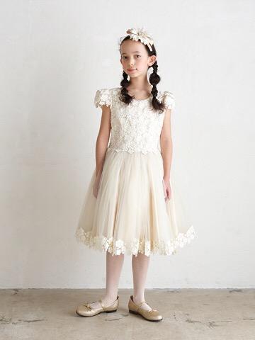 身ごろ部分とチュールの裾には上品なレースの刺繍。スカート部分はタップリのチュールでふんわり可愛らしいドレスです。