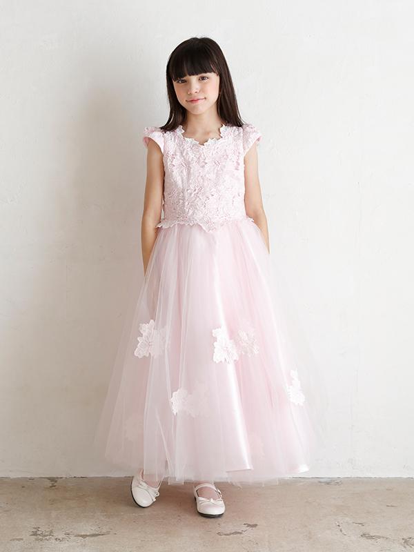 ボリューミーなピンクのロングドレスは、胸元の刺繍がチュール部分にもほどこされとても華やか。舞台映えのするロング丈ですのでコンクールにも最適です。(モデル身長134㎝・130㎝着用)