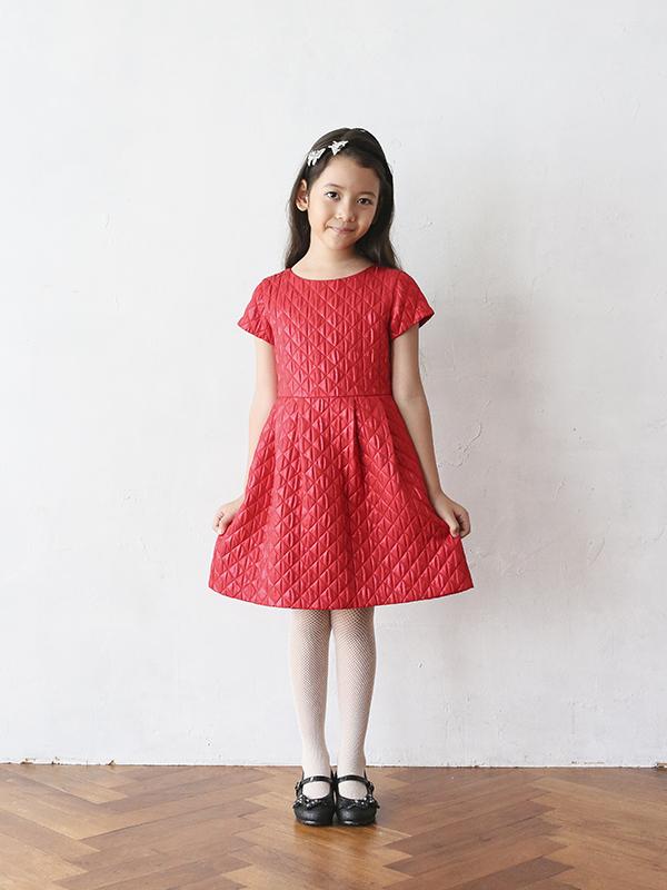 華やかで光沢のあるレッドがとても舞台映えするドレスです。シンプルなデザインですがキルティング調の生地がとてもお洒落で、長時間座っていてもシワになりにくい素材です。お袖がありますのでオールシーズン、季節問わず着ていただくことができるドレスです。