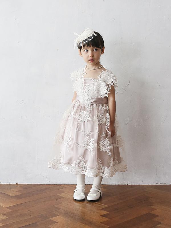 スモーキーなピンクのドレスに全体にあしらわ大きなれたフラワーレースがとても上品なドレスです。大きなフラワーの肩ひもがとても素敵な一枚です。ウエスト部分のリボンがスタイルアップ。こちらの商品は、100cm・105㎝・110㎝のお取り扱いございます。姉妹やお友達でお揃いコーデはいかがですか。(モデル身長100㎝着用サイズ100㎝)