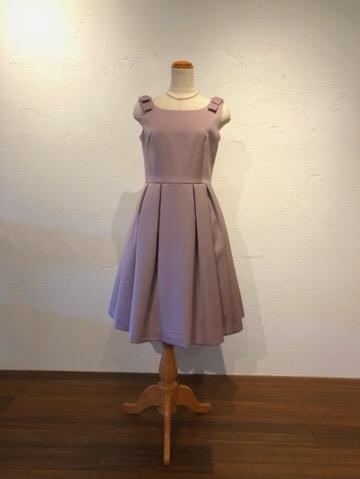 シンプルスタイルのドレスですが色に深みがありとても上品に着こなしていただけます。共布でできた肩のリボンがワンポイントとなり可愛らしさをプラス。お膝が少しかくれるくらいの上品な丈で結婚式や発表会、写真撮影など活躍の幅の多いドレスです。