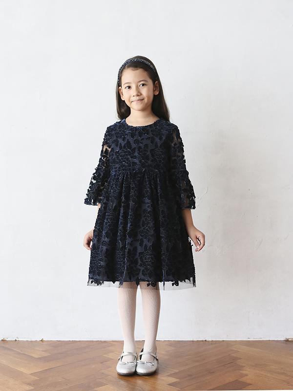 ネイビーカラードレスには全体のチュールにベルベット生地のフラワーモチーフが刺繍されており、とても上品で華やかなドレスです。七分丈のお袖は総チュールで透け感がお洒落。秋から冬にかけての結婚式やお食事会、写真撮影にも利用していただけます。ネックレスやヘアアクセサリーのコーディネートで華やかにもシックにもなる一枚です。デザイン違いのドレス:パルフェでお友達や姉妹でお揃いコーデはいかがですか。