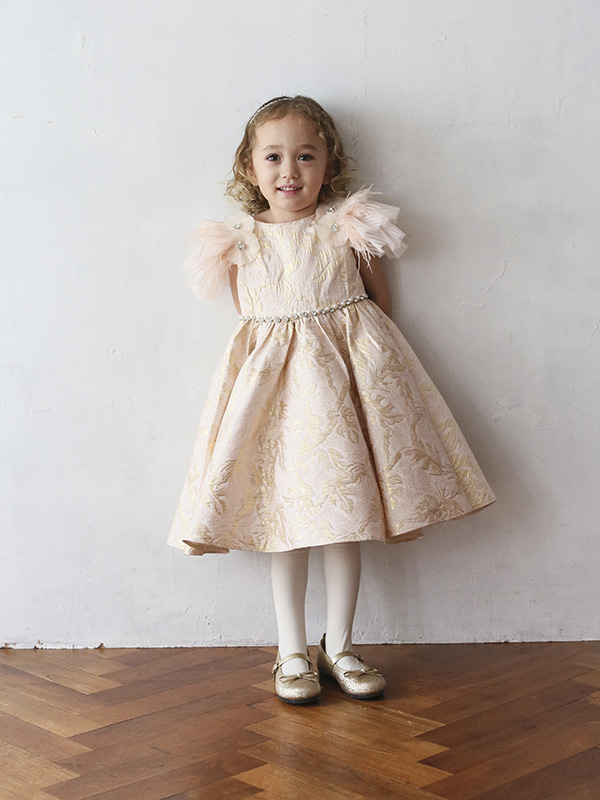 淡いピンクにドレスにゴールドの刺繍、袖部分のフワフワのチュールがとても華やか。生地には張りがありウエストラインにはキラキラのストーンとパールの装飾でスタイルアップ。とても華やかなドレスです。