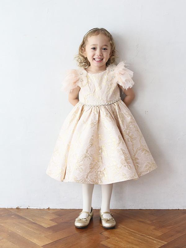 淡いピンクにドレスにゴールドの刺繍、袖部分のフワフワのチュールがとても華やか。生地には張りがありウエストラインにはキラキラのストーンとパールの装飾でスタイルアップ。とても華やかなドレスです。こちらの商品は、105cm・115㎝のお取り扱いございます。姉妹やお友達でお揃いコーデはいかがですか。