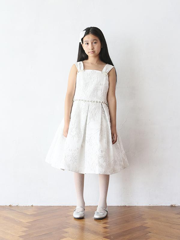 張りのある生地のドレスにはシルバーの刺繍がほどこされとても品よく華やかなドレスです。パールとラインストーンがキラキラとアクセントになりスタイルアップ。舞台映えのする一枚です。こちらの商品は、140cm・150㎝のお取り扱いございます。