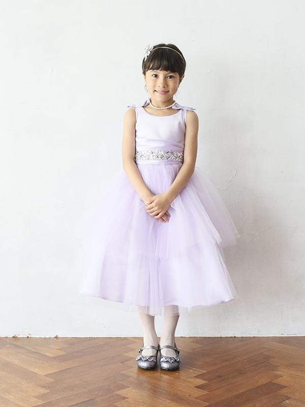 淡いパープルが上品でチュールがたっぷりのボリュームのあるドレスです。レース部分の袖や上身頃が華やかさをアップ。ウエスト部分は同色でリボンがアクセントに。丈も少し長めなのでとても華やかでピアノやバイオリンの発表会にも。(モデル身長110㎝着用サイズ115㎝)