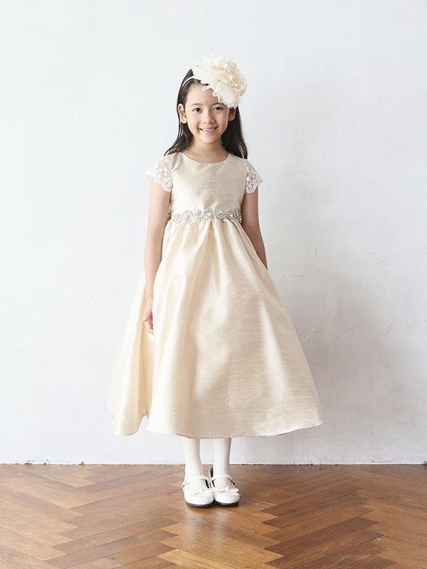 淡いピンクにドレスにゴールドの刺繍、袖部分のフワフワのチュールがとても華やか。生地には張りがありウエストラインにはキラキラのストーンとパールの装飾でスタイルアップ。とても華やかなドレスです。こちらの商品は、115cm・125㎝のお取り扱いございます。姉妹やお友達でお揃いコーデはいかがですか。
