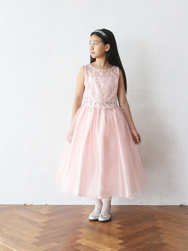 色合いがとても上品でチュールがたっぷりのボリュームのあるドレスです。レース部分の袖や上身頃が華やかさをアップ。ウエスト部分は同色でリボンがアクセントに。丈も少し長めなのでとても華やかでピアノやバイオリンの発表会にも。(モデル身長140㎝着用サイズ140㎝)