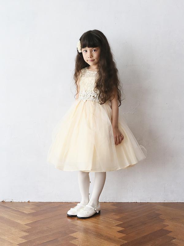 色合いがとても上品でチュールがたっぷりのボリュームのあるドレスです。レース部分の袖や上身頃が華やかさをアップ。ウエスト部分は同色でリボンがアクセントに。丈も少し長めなのでとても華やかでピアノやバイオリンの発表会にも。モデル140cm着用