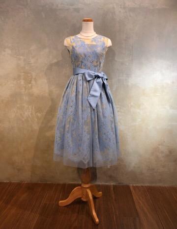 ブルーとオフホワイトの総レース柄がとても品のあるドレスです。 後ろでリボン調整ができる体型に合わせやすいドレスです。